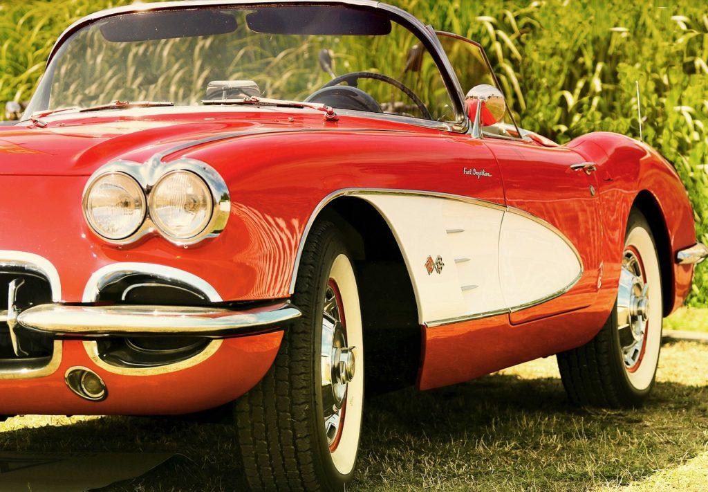 czerwone zabytkowe auto do ślubu