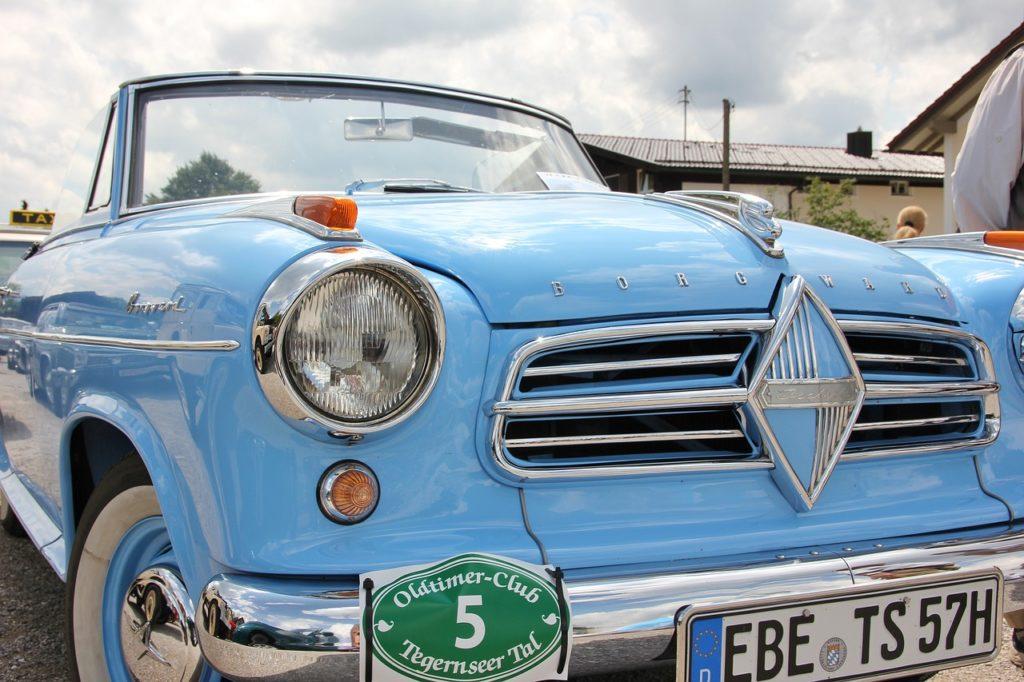 niebieskie luksusowe auto klasyczne