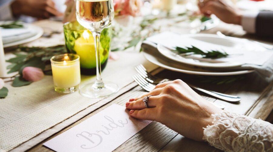 Ile alkoholu na wesele? Ile wódki na wesele z poprawinami? – kalkulator