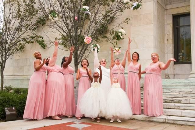 druhny na ślubie w różowych sukienkach