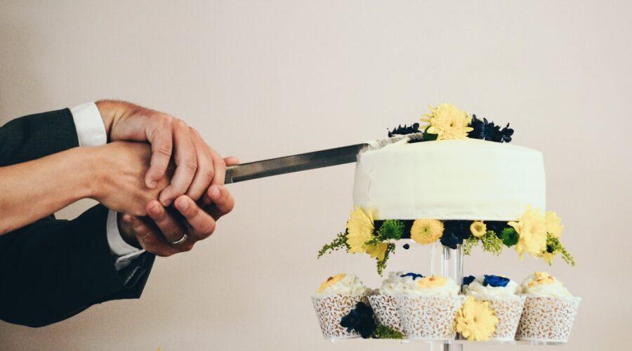 Tradycja krojenia tortu weselnego. Ile kosztuje, o której należy podać tort?