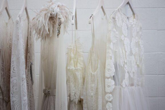 suknie ślubne z wyciętymi plecami