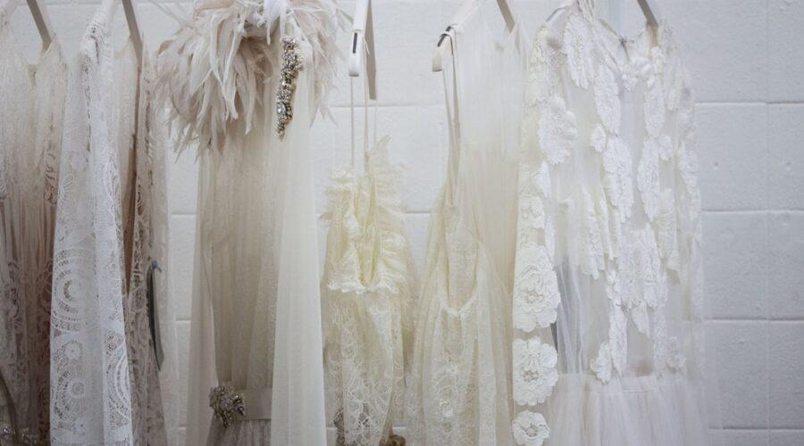 Suknie ślubne z odkrytymi plecami – inspiracje