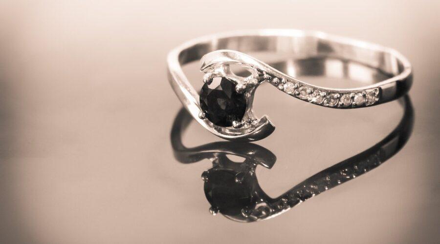 Poznaj najlepsze trendy w pierścionkach zaręczynowych